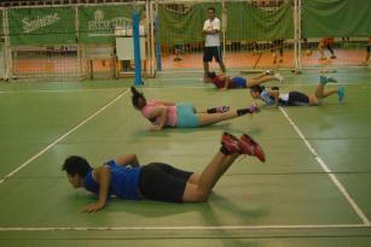 Timnas voli putri, berlatih fisik dengan menjatuhkan diri setelah berlari sprint saat latihan rutin di Padepokan Voli, Sentul, Jawa Barat, Senin (29/7/2013).