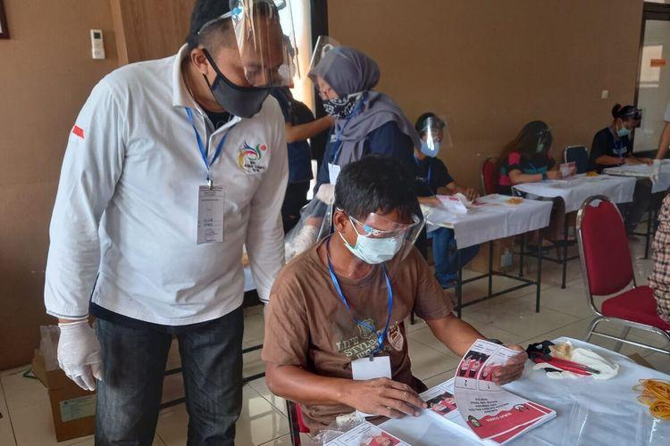 Petugas melakukan sortir dan pelipatan surat suara Pilkada Solo 2020 di Kantor KPU Solo, Jawa Tengah, Rabu (25/11/2020).