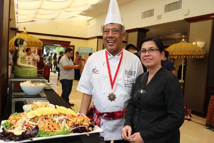 Duta Besar Marina Estella Anwar Bey berpose dengan Chef Widjiono Purnomo (Yono) pemilik restoran Indonesia (Yonos Restaurant) di Albany, New York, dalam jamuan kuliner Nusantara, di Hotel Melia, Lima, Peru, Kamis (4/4/2019).