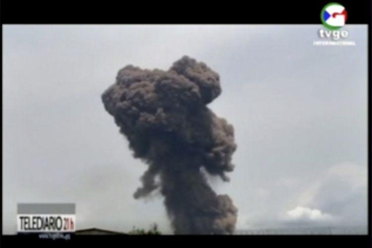 Tangkapan layar dari video TVGE menunjukkan kepulan asap membubung tinggi ke angkasa, dampak empat ledakan besar di kamp militer kota Bata, Guinea Ekuatorial, Minggu (7/3/2021). Insiden ini menewaskan sedikitnya 20 orang dan 600 lainnya luka-luka.