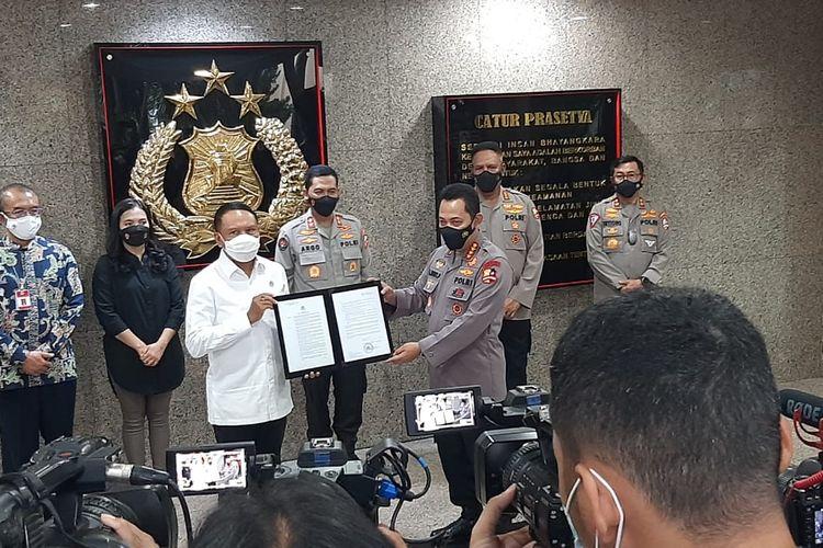 Kapolri Jenderal Listyo Sigit Prabowo dan Menpora Zainuddin Amali dalan konferensi pers pemberian izin kompetisi Liga 1 dan Liga 2 di Jakarta, Senin (31/5/2021).
