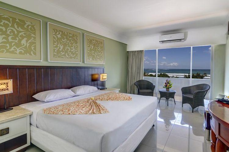 Kamar tipe Deluxe Ocean View di Maharani Beach Hotel, Bali.