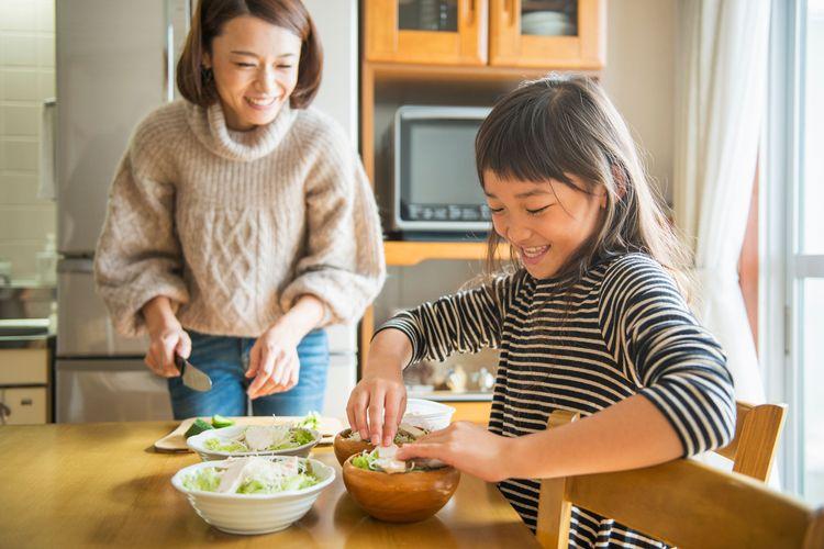 Para orangtua di Jepang terbiasa mengajak anak mereka untuk menyiapkan hidangan untuk makan.
