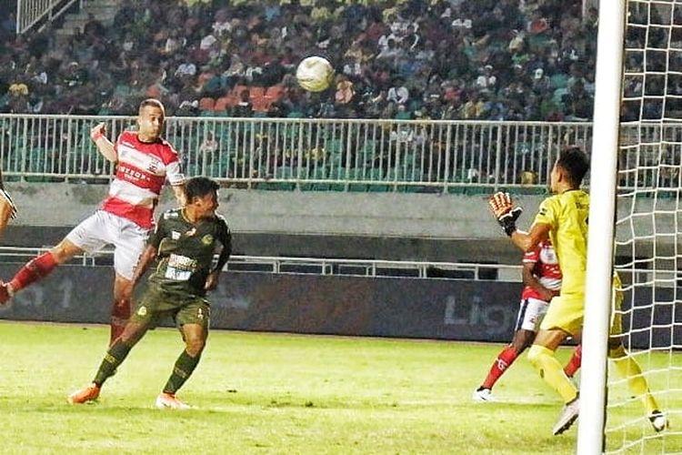 Aksi striker Madura United, Aleksandar Rakic (paling kiri), saat menghadapi PS Tira Persikabo dalam laga Liga 1 di Stadion Pakansari Cibinong, Bogor, Jumat (12/7/2019).