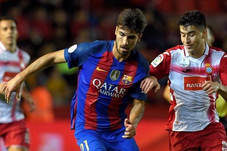 Gelandang Barcelona, Andre Gomes, melindungi bola saat melawan Espanyol pada partai Piala Super Spanyol di Stadion Tarragona, 25 Oktober 2016.