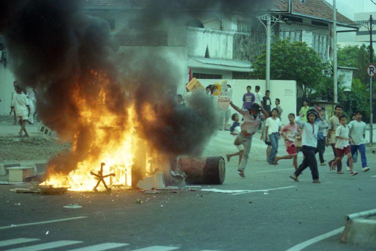 Kerusuhan PDI 27 Juli 1996 di Jakarta.