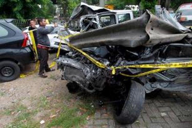Mobil Lancer B 80 SAL (kanan) yang dikemudikan putra bungsu Ahmad Dhani dan Maia Estianty, AGJ (13) dan Daihatsu Gran Max B 1349 TFM dalam kondisi ringsek akibat kecelakaan di Tol Jakarta-Bogor, Minggu (8/9/2013). Kedua bangkai kendaraan berada di Satlantas Wilayah Jakarta Timur.