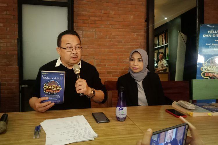 Prof. Rhenald Kasali, Ph.D (kiri) dalam peluncuran bukunya, Sentra Inspiring School, bersama sang istri, Elisa Kasali yang juga Praktisi Pendidikan Anak Usia Dini, di kawasan Senayan, Jakarta, Jumat (13/12/2019).