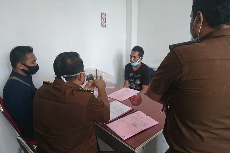 Tersangka pembunuh ibu kandungnya di Kejaksaan Negeri Aceh Utara, Aceh, Kamis (3/9/2020)