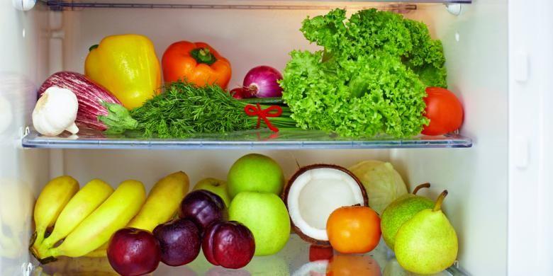 Untuk mencegah bau tak sedap, siapkan wadah berisi baking soda atau bubuk vanili. Letakkan wadah di bagian dalam lemari es.