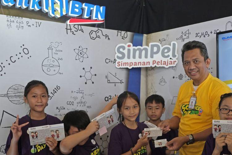 Pemberian produk tabungan Simpanan Pelajar (Simpel) BTN.