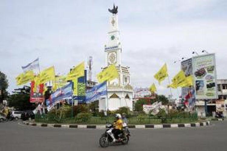 Sejumlah alat peraga kampanye dari berbagai partai peserta pemilu 2014 terpasang di Bundaran Simpang lima, Banda Aceh, Sabtu (11/1/2014). Kondisi tersebut selain merusak keindahan kota juga menganggu kenyamanan para pengendara yang melewati bundaran tersebut.