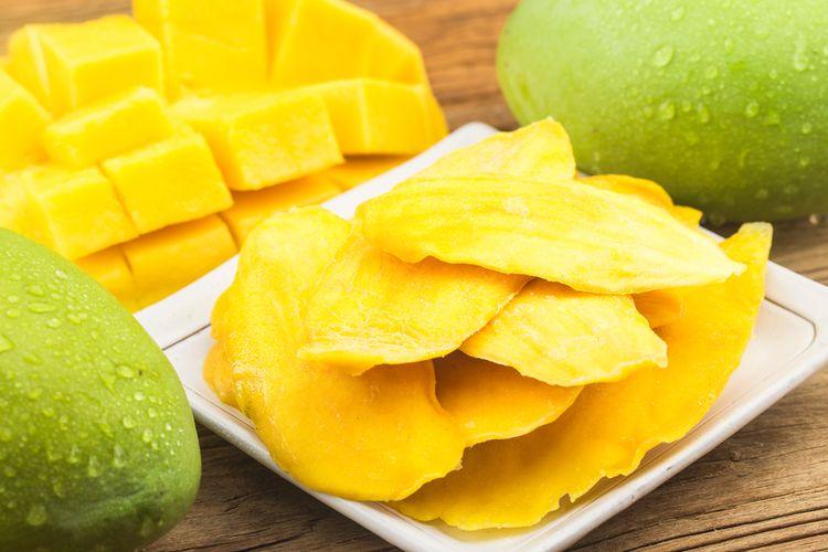 Ilustrasi manisan mangga. Camilan terbuat dari mangga mengkal, gula, air, dan garam.