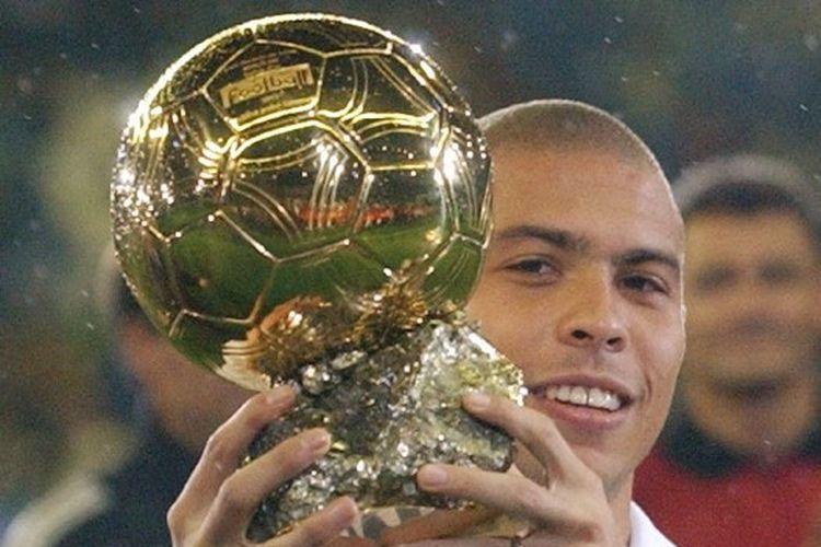 Ronaldo saat memamerkan trofi Ballon dOr pada tahun 2002.