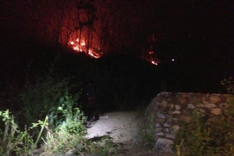 Lahan kosong yang berada lereng gunung Desa Runggu dan Desa Roka, Kecamatan Belo, Kabupaten Bima terbakar pada Minggu ((23/6) malam