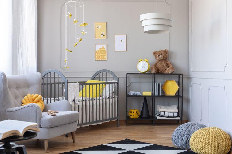 Ilustrasi kamar bayi dengan nuansa warna abu-abu dan kuning.