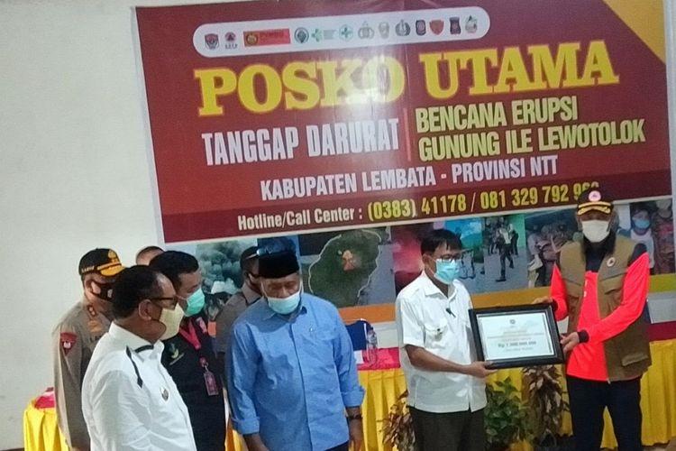 Foto : Kepala BNPB Republik Indonesia, Doni Munardo meninjau para pengungsi Ile Lewotolok, Kabupaten Lembata, NTT, Rabu (2/12/2020).