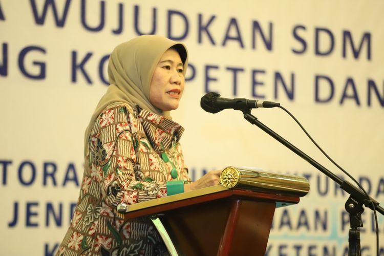 Direktur Bina Intala Kemnaker Fauziah saat membuka ToT di tempat kerja (mentor pemagangan) Angkatan XII - XVIII di Kota Bekasi, Jawa Barat, Minggu (22/11/2020).