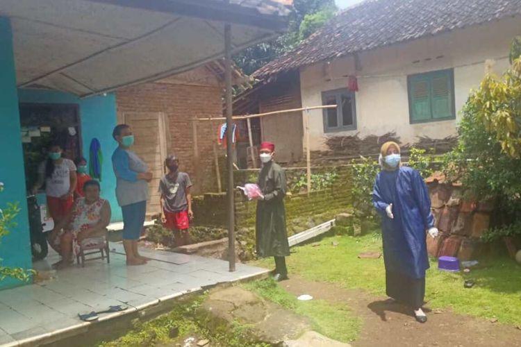 Warga Desa Cisarua, Sumedang mengirim logistik untuk satu keluarga yang terpapar Covid-19 dan tengah menjalani isolasi mandiri.