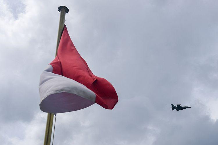 Foto dirilis Selasa (9/6/2020), memperlihatkan sebuah pesawat tempur F16 C milik skadron udara 16 wing udara 7 Lanud Roesmin Nurjadin - Pekanbaru melintas di udara saat melakukan patroli rutin. Demi menjaga kedaulatan RI, TNI menerjunkan delapan KRI yang silih berganti mengamankan Perairan Natuna dari ancaman kapal asing yang ingin mengeruk kekayaan sumber daya perikanan di perbatasan Zona Ekonomi Eksklusif (ZEE) Indonesia tersebut.