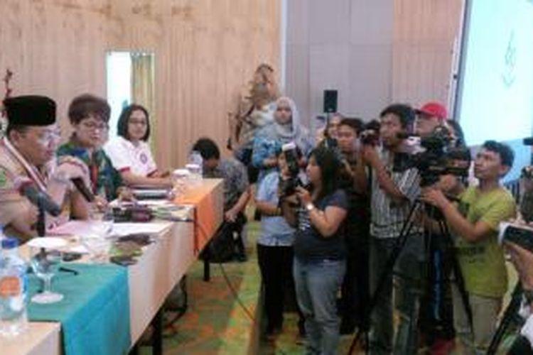 Gubernur Kalimantan Barat, Cornelis (paling kiri) sedang melayani pertanyaan sejumlah wartawan dalam jumpa pers di Media Center panitia Karnaval Khatulistiwa (21/8/2015)