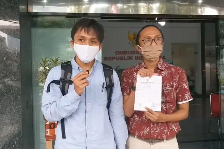 Peneliti ICW Tibiko Zabar dan Wana Alamsyah usai melaporkan dugaan maladministrasi program Kartu Prakerja ke Ombdusman RI, Kamis (2/7/2020).
