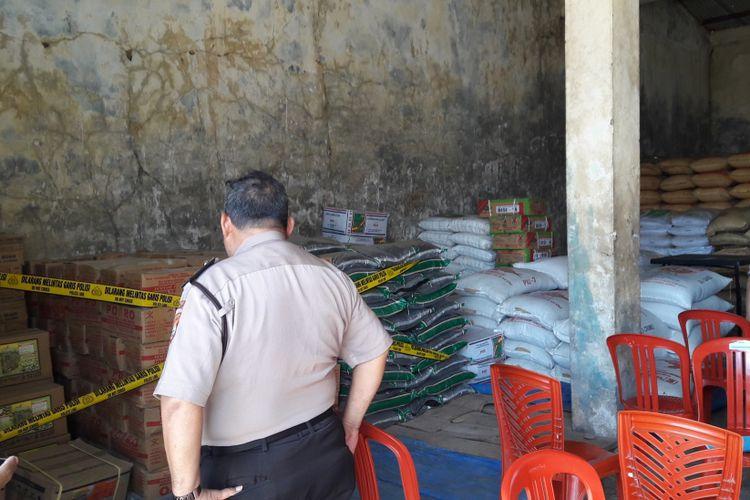 Ribuan kilogram pupuk palsu diamankan polisi di salah satu toko tani di Kabupaten Gowa, Sulawesi Selatan. Rabu, (19/4/2017).