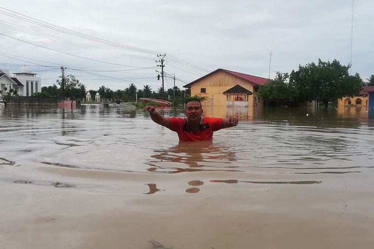 Kepala BPBD Aceh Utara melintas di lokasi banjir depan kantornya  di Kompleks Landing, Kecamatan Lhoksukon, Kabupaten Aceh Utara, hari ini, Senin (7/12/2020)