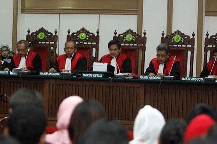 Gubernur DKI Jakarta nonaktif Basuki Tjahaja Purnama alias Ahok menjalani sidang lanjutan kasus dugaan penodaan agama di Auditorium Kementerian Pertanian, Jakarta, Selasa (31/1/2017). Sidang kedelapan tersebut masih mengagendakan mendengarkan keterangan lima saksi dari pihak Jaksa Penuntut Umum.