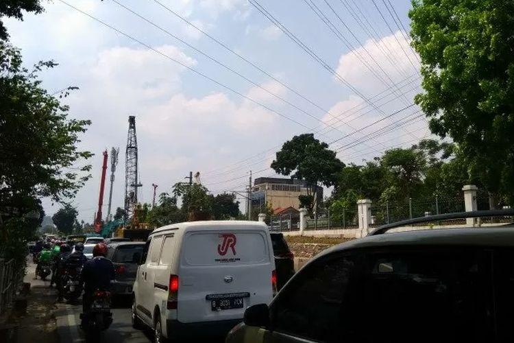 Situas arus lalu lintas di Jalan Raya Tanjung Barat, Jakarta Selatan, dekat putaran Poltangan mengalami kepadatan akibat adanya proyek jalan layang Tanjung Barat, Senin (19/11/2019).