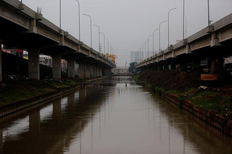 Kalimalang diapit Tol Becakayu di kawasan Bintara Jaya, Kota Bekasi, Jawa Barat, Sabtu (27/4/2019).