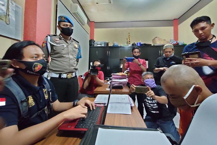 Petugas Satreskrim Polresta Tasikmalaya, sedang memeriksa tersangka pembunuhan gadis belia yang dibuang mayatnya ke kolam ikan dan kesehariannya sebagai tukang cilok, Rabu (2/9/2020).