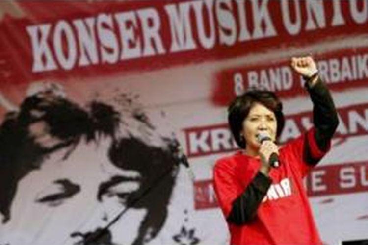 Istri mendiang pejuang hak asasi manusia Munir, Suciwati menyampaikan sambutannya dalam acara konser musik unutk kemanusiaan Tribute To Munir di Universitas Mercu Buana, Jakarta, Kamis (18/9/2008).