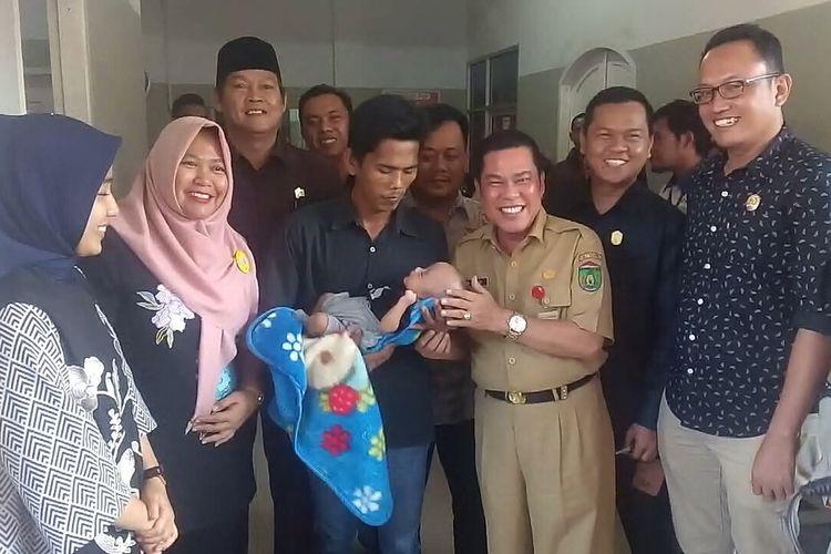 Febrianto menggendong bayinya Delfa Barqi Abbasyi setelah diserahkan oleh pihak rumah sakit (RS) Fadhilah kepada dirinya, hari ini Selasa (14/1/2020) sekitar pukul 16.30 WIB setelah tagihannya yang total berjumlah Rp 34 juta dilunasi donatur.