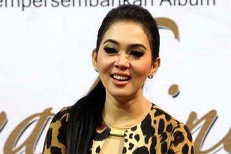 Penyanyi Syahrini saat melakukan launching albumnya yang berjudul Semua Karena Cinta di Ex Mall, Jakarta Pusat, Senin (10/12/2012).