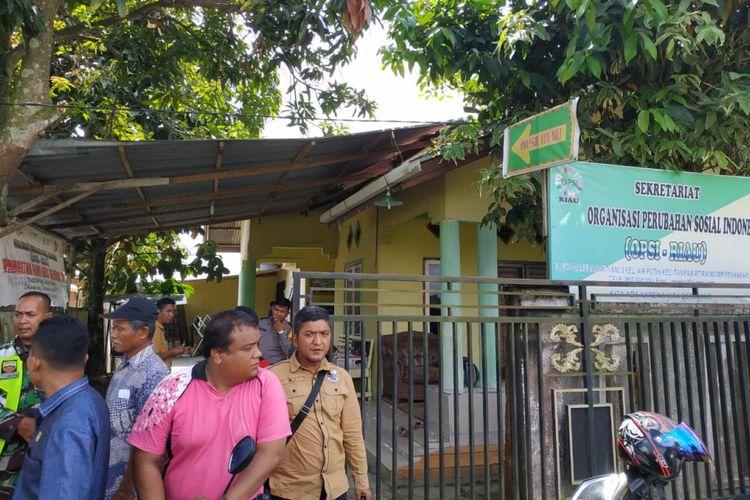 Sejumlah aparat mengamankan kawasan sekretariat OPSI Riau setelah digeruduk warga Jalan Uka, Kecamatan Tampan, Pekanbaru, Riau, terkait adanya dugaan aksi LGBT, Selasa (15/1/2019).