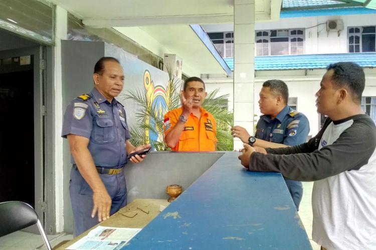 Sejumlah personel Tim SAR Ambon tengah menunggu kedatangan KN Abimanyu yang membawa lima turis asing dan ABK kapal Mersia ke Pelabuhan Ambon, Kamis (14/3/2019)