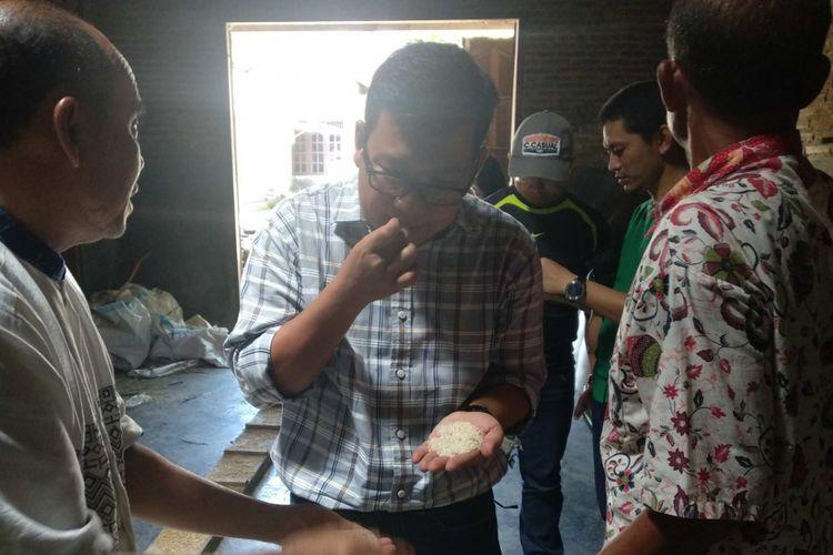 Direktur Utama PT Food Station Tjipinang Jaya menjajal beras hasil penggilingan di Karanganyar, Jawa Tengah.