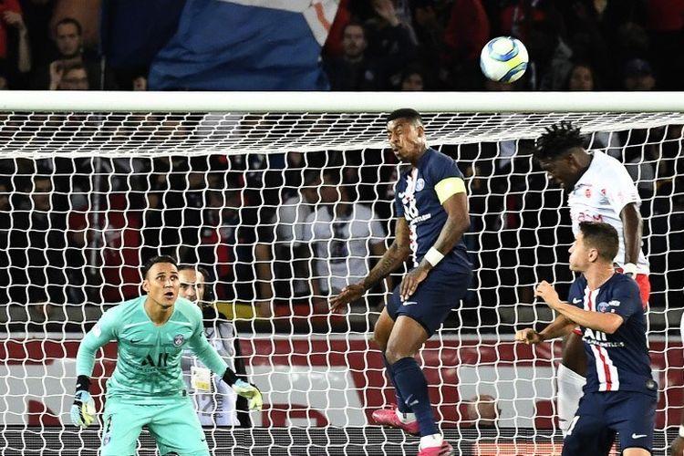 Bek Paris Saint-Germain, Presnel Kimpembe berduel di udara dengan Axel Disasi pada pertandingan PSG vs Reims dalam lanjutan Liga Perancis di Parc des Princes, 25 September 2019.