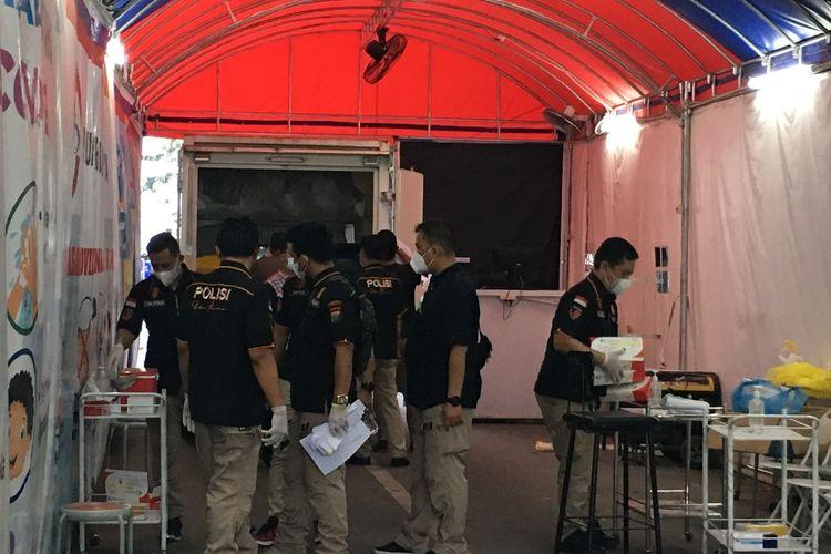 Sejumlah personel Polrestabes Medan menggeledah tempat layanan rapid test drive thru di Jalan Pulau Pinang, Lapangan Merdeka Medan, Selasa (25/5/2021).