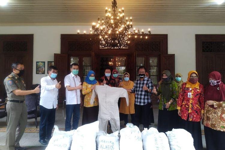 Wali Kota Salatiga Yuliyanto menerima bantuan dari Ketua DPRD Jateng Bambang Kusriyanto.