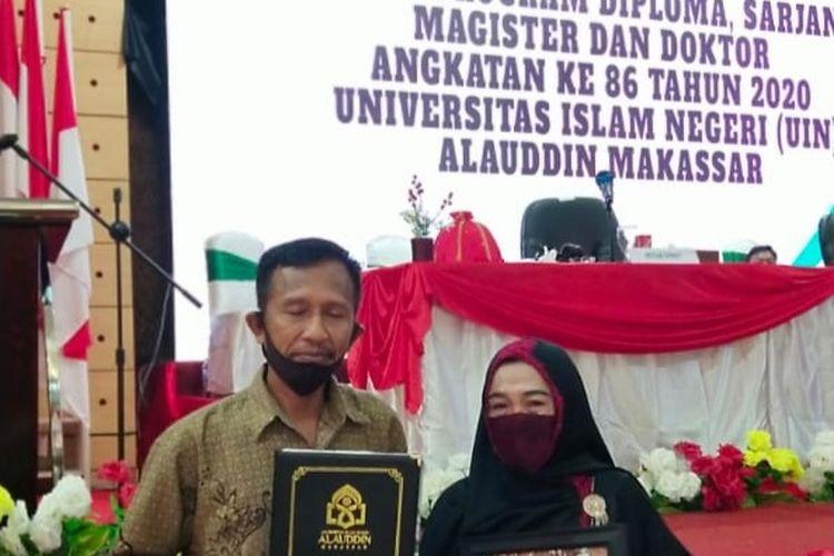 Suasana Bochari dan keluarga menghadiri wisuda Musdalifa yang meninggal dunia di UIN Makassar