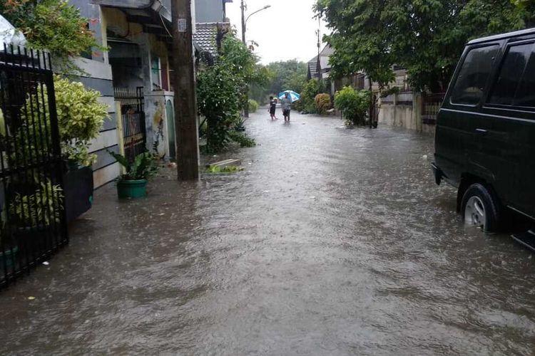 Banjir setinggi 30 cm menggenangi perumahan di Ciledug, Tangerang pada Rabu (1/1/2020)