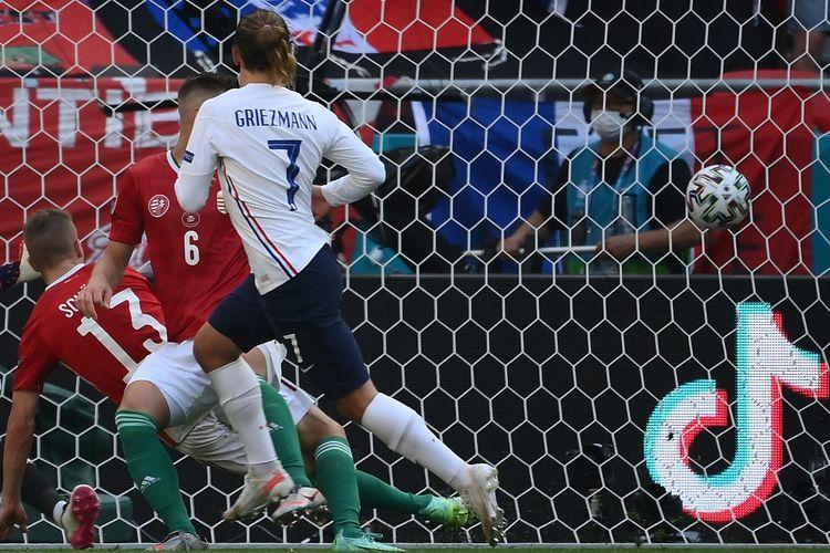 Antoine Griezmann mencetak gol dalam pertandingan Grup F Euro 2020 antara Hongaria dan Perancis di Puskas Arena, Sabtu (19/6/2021) malam WIB.