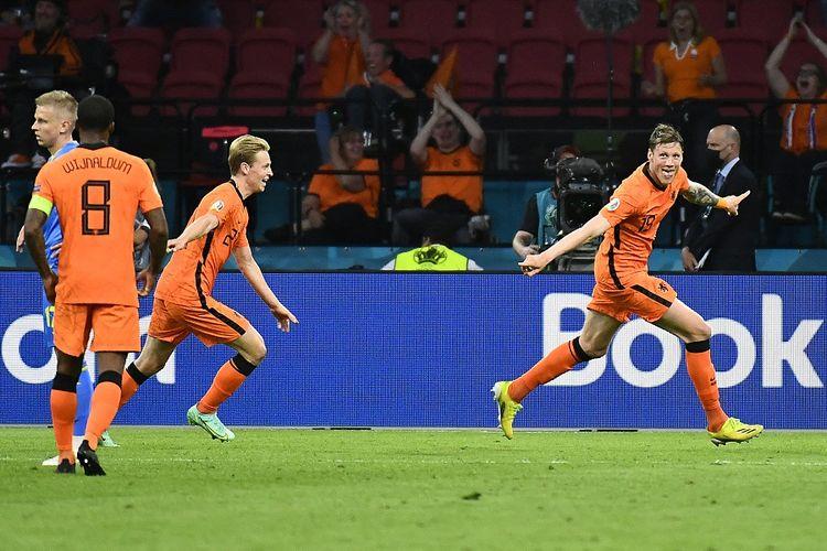 Penyerang Belanda Wout Weghorst (kanan) berselebrasi setelah mencetak gol kedua pada laga Grup C UEFA Euro 2020 antara Belanda vs Ukraina di Johan Cruyff Arena di Amsterdam pada 13 Juni 2021.