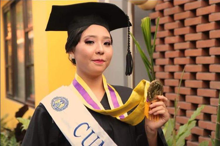 Maria Clara Yubilea Sidharta atau biasa disapa Lala, yang divonis dokter sebagai anak berkebutuhan khusus, justru menyabet gelar sarjana dengan predikat cum laude pada Sabtu (31/08/2019) di Universitas Negeri Yogyakarta (UNY) dengan IPK 3,76 di usianya yang masih 19 tahun!.