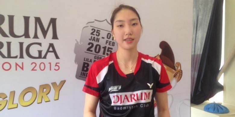 Pebulu tangkis Djarum Kudus asal Korea Selatan, Sung Ji-hyun, berpose setelah memenangi pertandingan dengan Ratchanok Intanon (Thailand) yang bermain untuk Jaya Raya Jakarta pada semifinal Djarum Superliga Badminton 2015 di Denpasar, Bali, Jumat (30/1/2015). Sung menang 21-17, 17-21, 21-17.