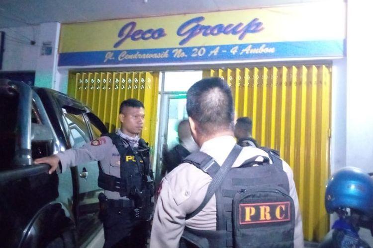 Sejumlah polisi berjaga di depan Kantor PT Jeco Group saat KPK menggeledah kantor tersebut, Selasa malam (20/8/2019)