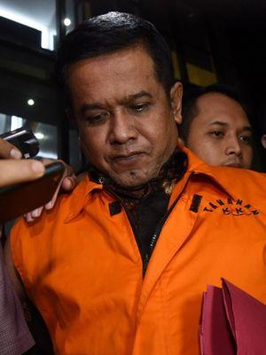 Bupati Nganjuk yang terjaring operasi tangkap tangan (OTT) KPK Taufiqurrahman (kanan) mengenakan rompi tahanan usai menjalani pemeriksaan di Jakarta, Kamis (26/10/2017). KPK menetapkan lima orang tersangka serta menyita barang bukti uang sebesar Rp 298 juta yang diduga sebagai uang suap jual beli jabatan di Kabupaten Nganjuk.