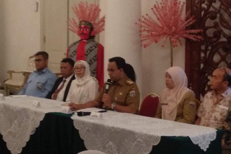 Gubernur DKI Jakarta Anies Baswedan  dalam konferensi pers bersama Tim Evaluasi Tata Kelola Air Minum di Balai Kota DKI Jakarta, Senin (11/2/2019).